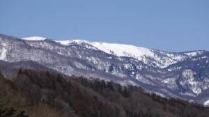 片品村役場から見たアヤメ平稜線(2013年2月28日撮影)